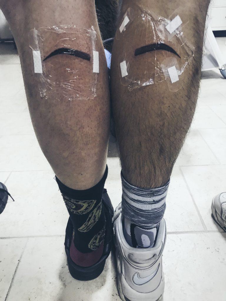 Obočie tetovanie na nohe