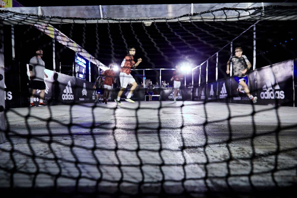 Futbalový adidas na Dunaji